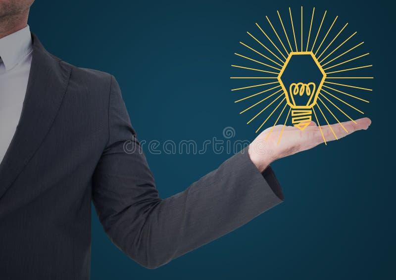 Mitt- avsnitt för affärsman med det gula lightbulbdiagrammet i hand mot blå bakgrund royaltyfri foto