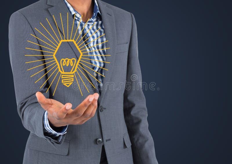 Mitt- avsnitt för affärsman med det gula lightbulbdiagrammet i hand mot marinbakgrund royaltyfria bilder