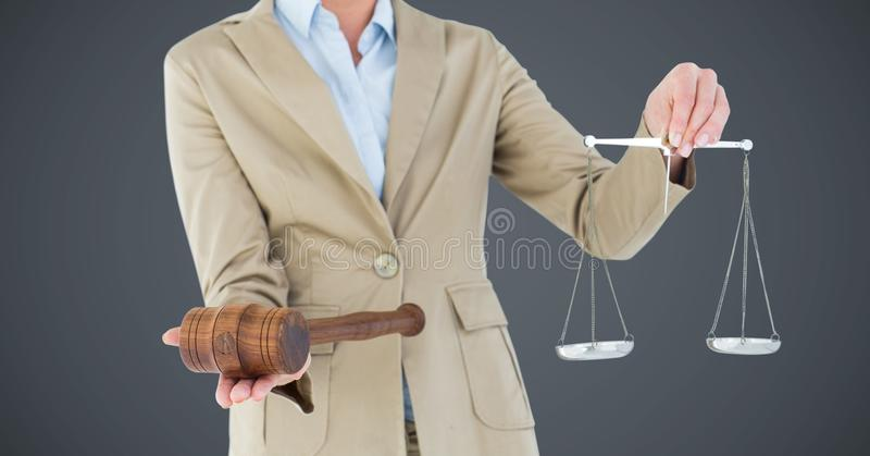 Mitt- avsnitt för kvinnlig domare med våg och auktionsklubba mot grå bakgrund royaltyfri fotografi