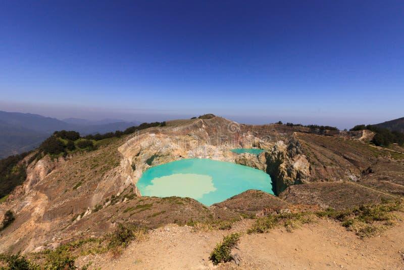 Mitt- dagsikt Gunung Kelimutu på Flores, Indonesien arkivbild