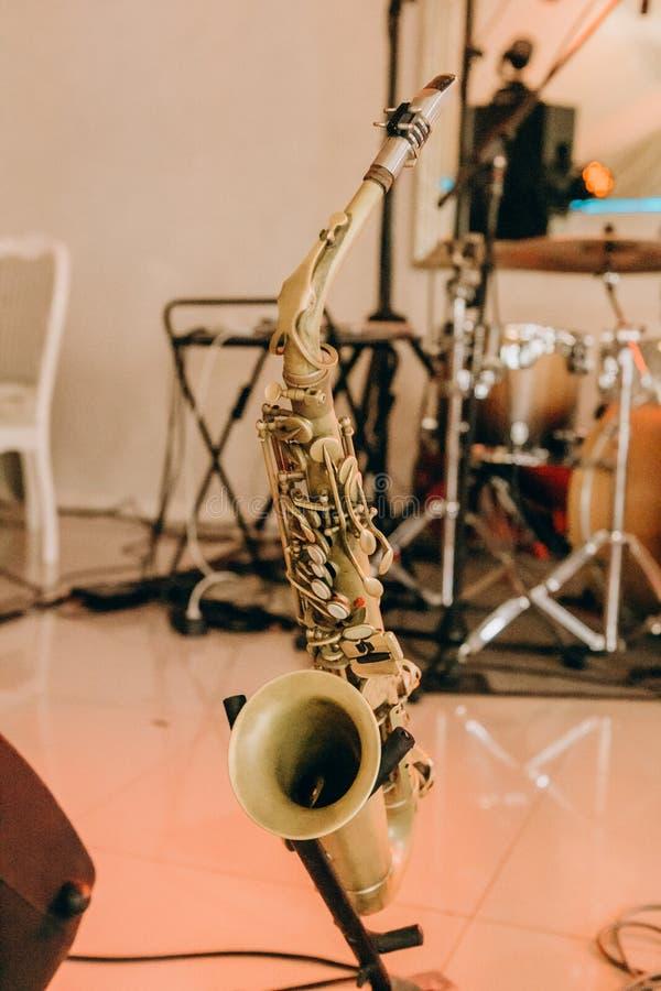 Mitt för etapp för musikinstrumenttrumpetsaxofon arkivfoton