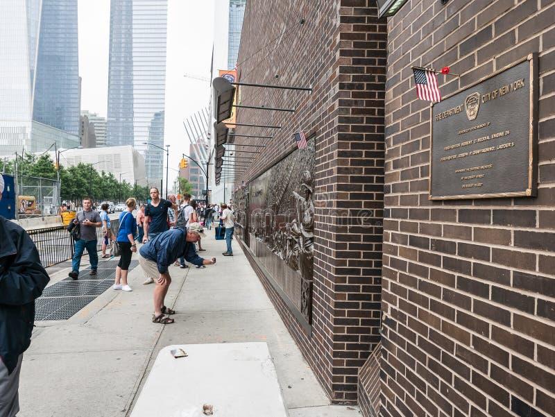 Mitt för hedersgåva för minnes- platta 9/11 för NYFD, lägre Manhatt royaltyfri foto