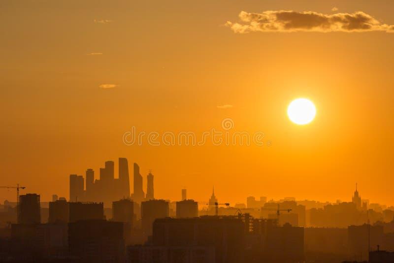 Mitt för Moskvastadsaffär och Cityscapekontur i aftonogenomskinlighet Ryssland arkivbilder