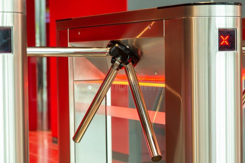 Mitt för säkerhetskontor Vändkors med kortläsaren Elektroniskt testpunkt med en vändkors i kontorsmitten royaltyfri foto