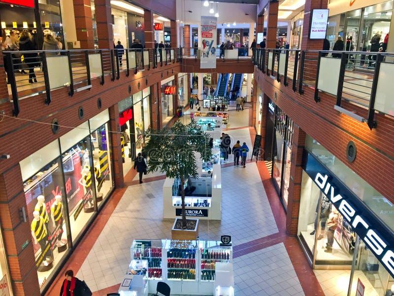 Mitt för shopping för Koszalin Polen hjärtförmakgalleria fotografering för bildbyråer