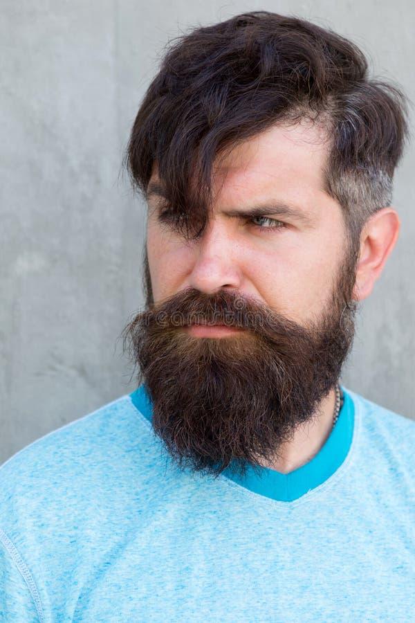 Mitt h?r talar f?r honom Allvarlig grabb som bär det formade skägget och utformat hår Hårig hipster med det stilfulla skägget och arkivbilder
