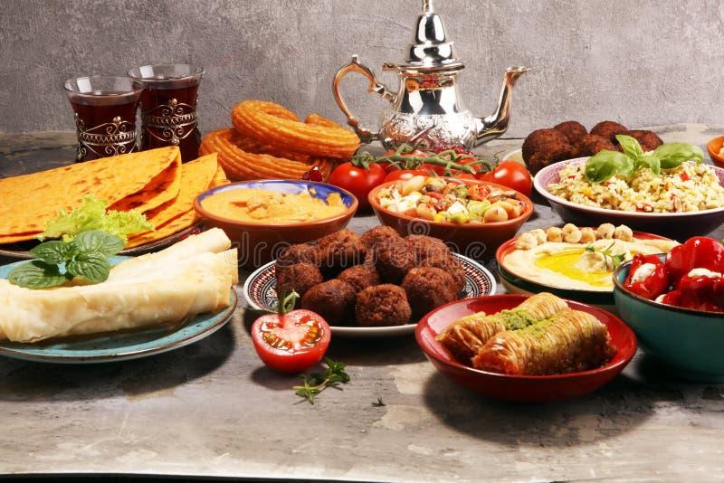 Mitt - ?stliga eller arabiskadisk och blandad meze, konkret lantlig bakgrund falafel Turkisk efterr?ttbaklava med pistaschen royaltyfri fotografi