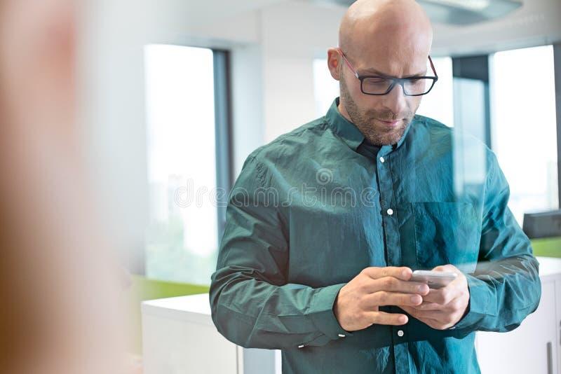 Download Mitt- Vuxen Affärsman Som I Regeringsställning Använder Mobiltelefonen Fotografering för Bildbyråer - Bild av fotografi, män: 78728221