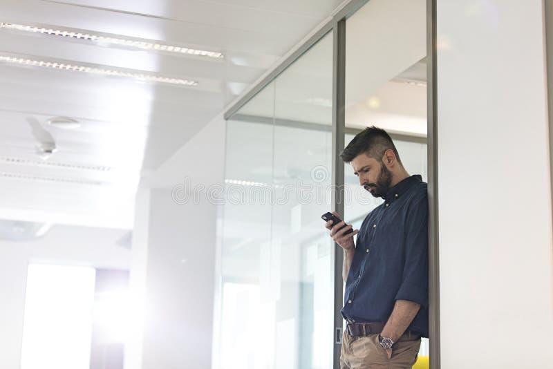 Download Mitt- Vuxen Affärsman Som I Regeringsställning Använder Mobiltelefonen Arkivfoto - Bild av etnicitet, bild: 78728340