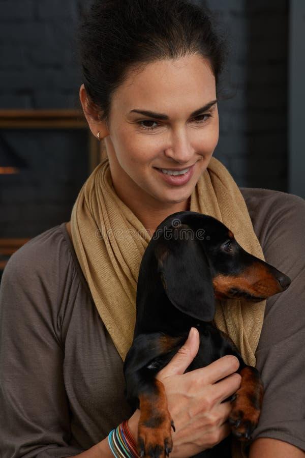 Mitt- vuxen kvinna med hunden royaltyfri bild