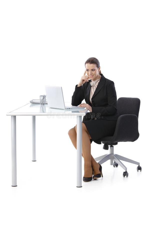 Mitt--vuxen människa affärskvinna som fungerar på skrivbordet arkivfoto