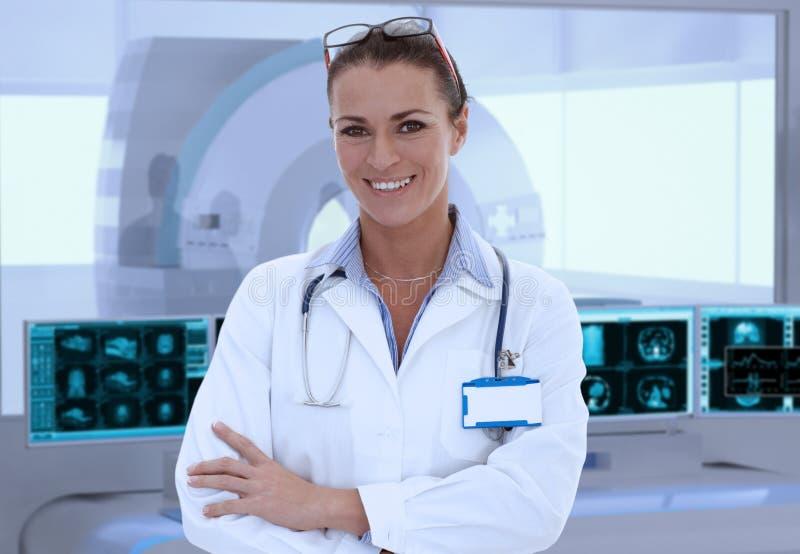Mitt--vuxen människa kvinnlig doktor i MRI-rum på sjukhuset arkivbilder