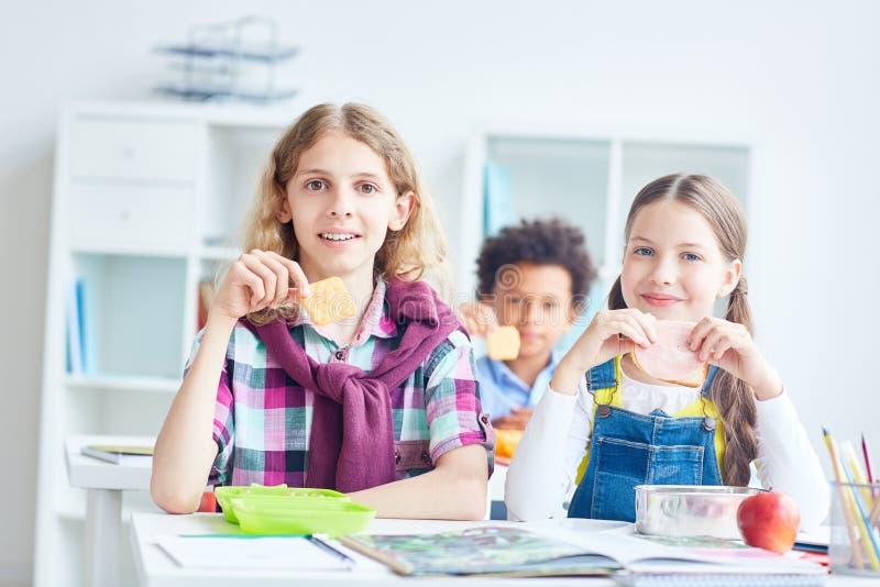 Mittagessen an der Schule lizenzfreie stockbilder