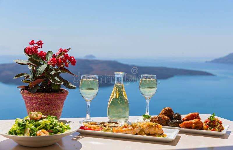 Mittagessen durch das Meer stockfotos