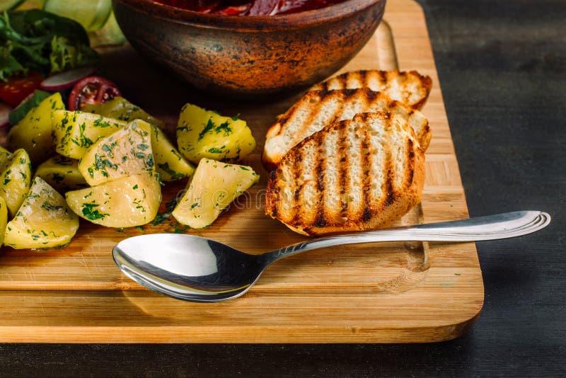 Mittagessen mit gebratenen Fleischkl?schen, Suppe mit Fleisch und Kartoffeln auf einem rustikalen lizenzfreies stockfoto