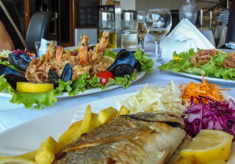 Mittagessen mit Meeresfrüchtetellern lizenzfreies stockfoto