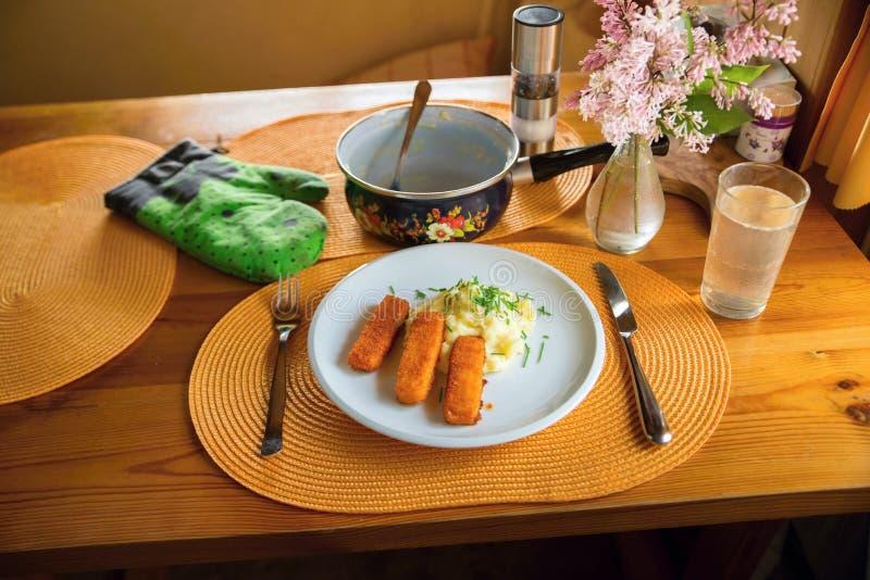 Mittagessen oder Abendessen mit gebratenem Fischstäbchen und Kartoffelpüree lizenzfreies stockfoto