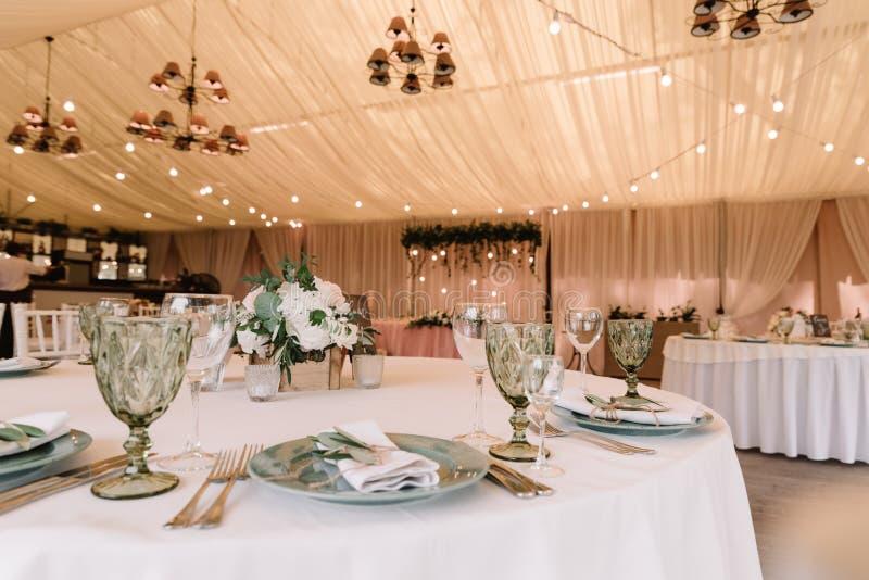 Mittagessentabelle für Gäste an einer Hochzeit lizenzfreies stockbild