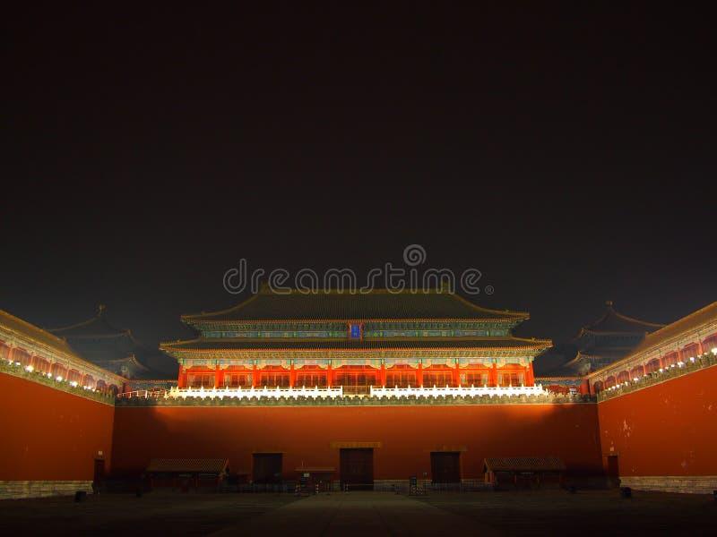 Mittagstor (Wumen) nachts mit Lichtern an. lizenzfreie stockfotos