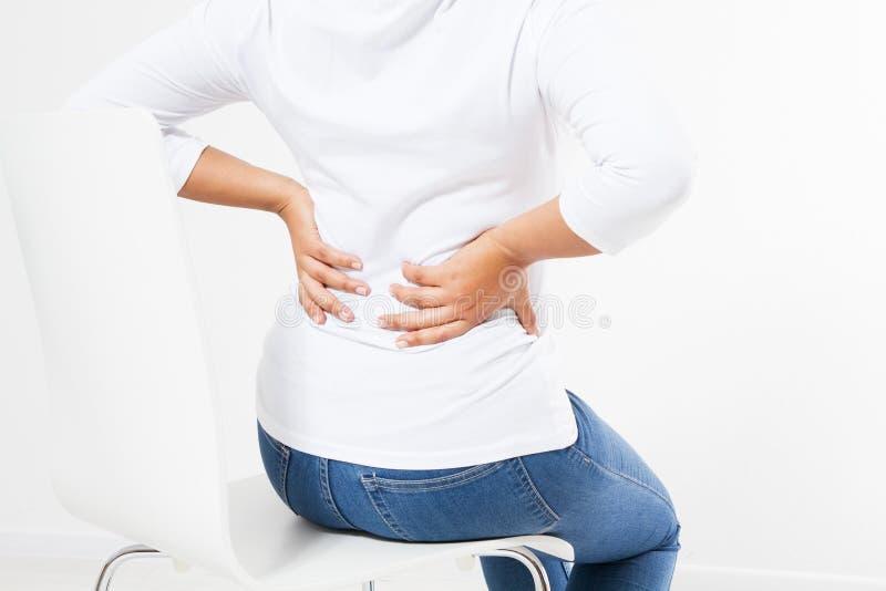 Mitte alterte die schwarze Frau, die unter Rückenschmerzen auf Stuhl leidet lizenzfreie stockfotos