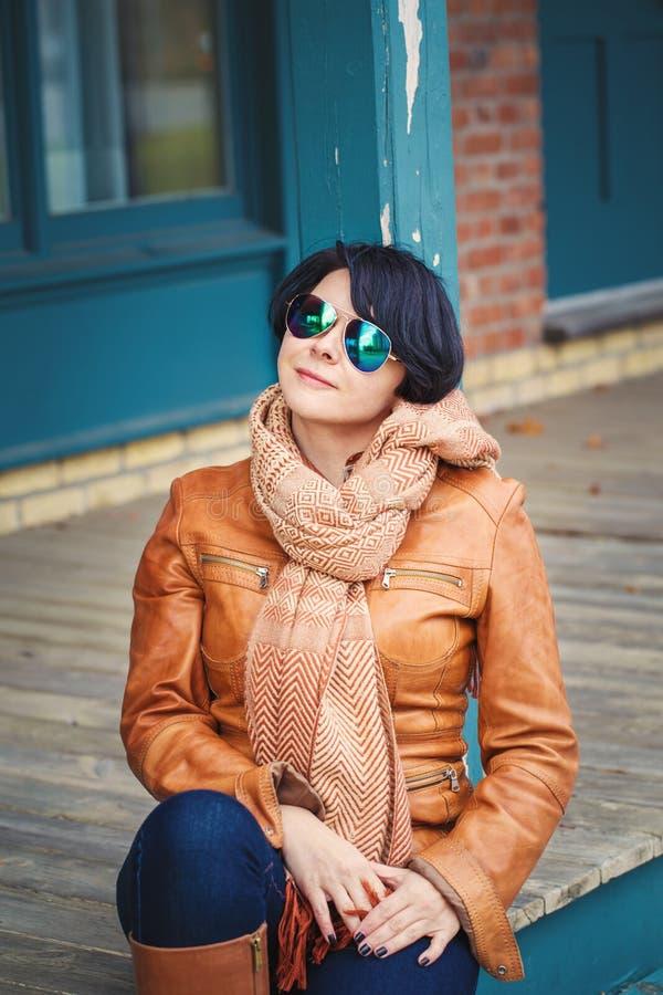 Mitte alterte kaukasische Brunettefrau außerhalb des Herbstes im sunglasse stockfotos