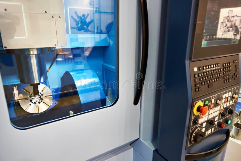 Mitte der Fünf-Achsenmaschinellen bearbeitung mit CNC stockfotos