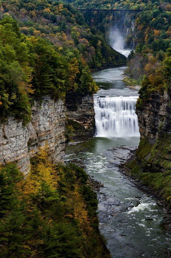 Mitte-Fälle und Schlucht am Letchworth-Nationalpark - Wasserfall und Fall/Autumn Colors - New York lizenzfreie stockfotos