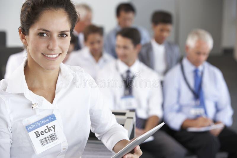 Mitte gealterte Geschäftsmann-Delivering Presentation At-Konferenz stockbild