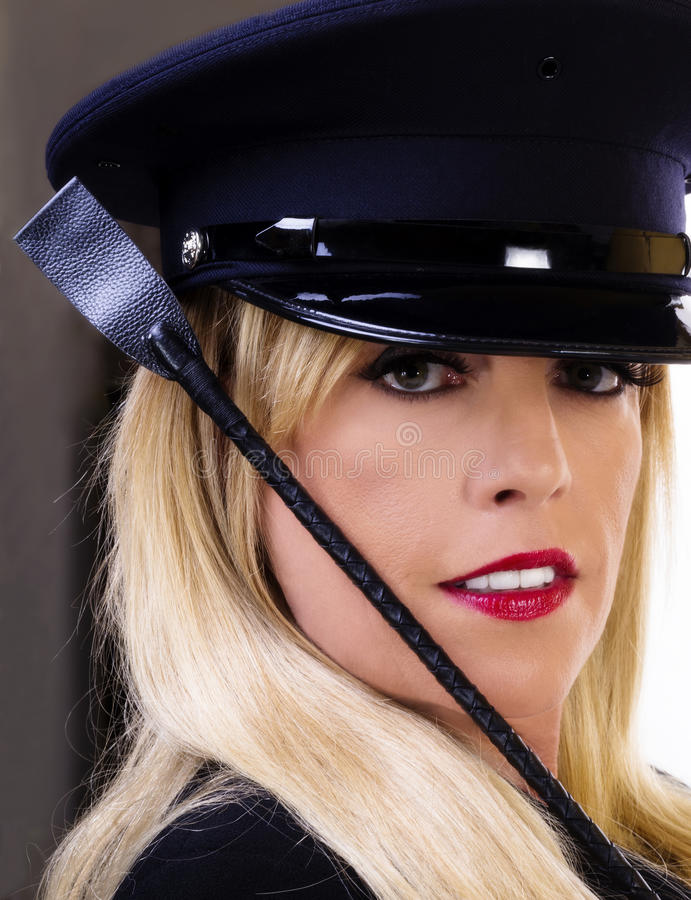 Mitte gealterte kaukasische blonde Frauen-Porträt-Hut-Ernte lizenzfreie stockfotografie