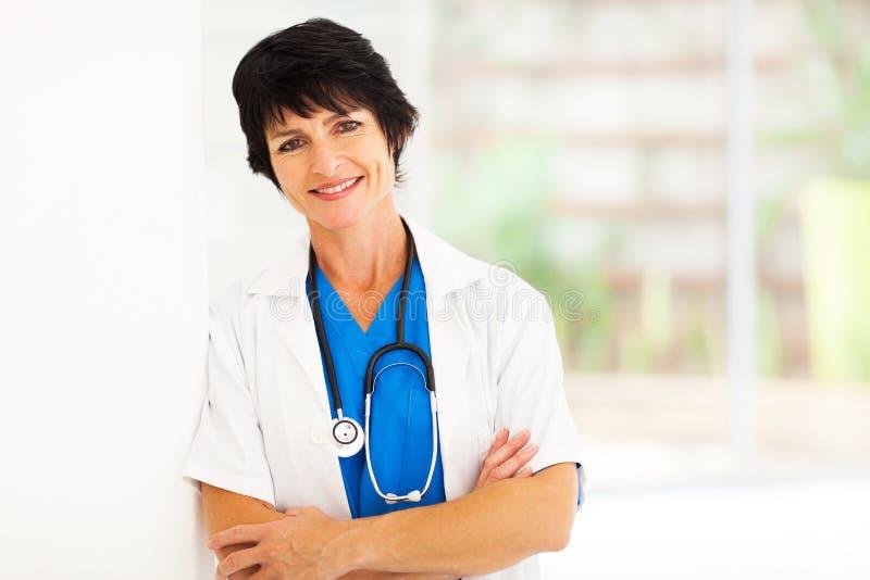 Mitte gealterte Krankenhausarbeitskraft lizenzfreies stockbild