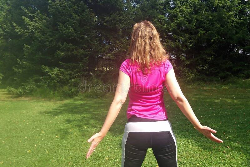 Mitte gealterte Yogafrau lizenzfreie stockfotos
