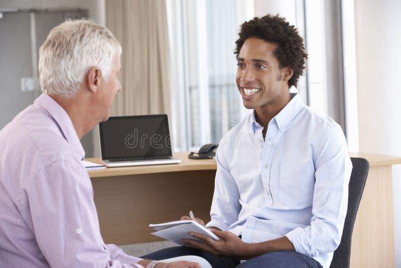 Mitte gealterter Mann, der die Beratung von Sitzung hat lizenzfreie stockbilder