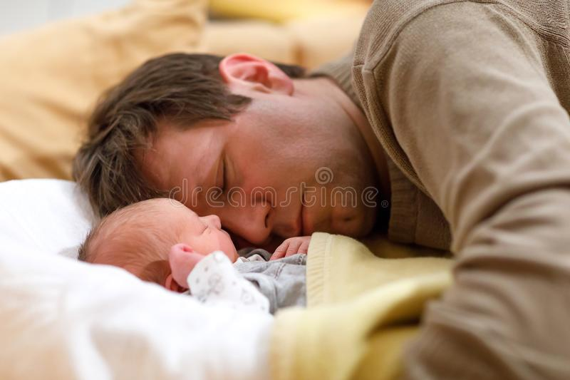 Mitte gealterter Vater, der Kuss seine neugeborene gesunde Babytochter gibt Junger Vati, der zu Hause mit Baby umarmt und streich stockbilder
