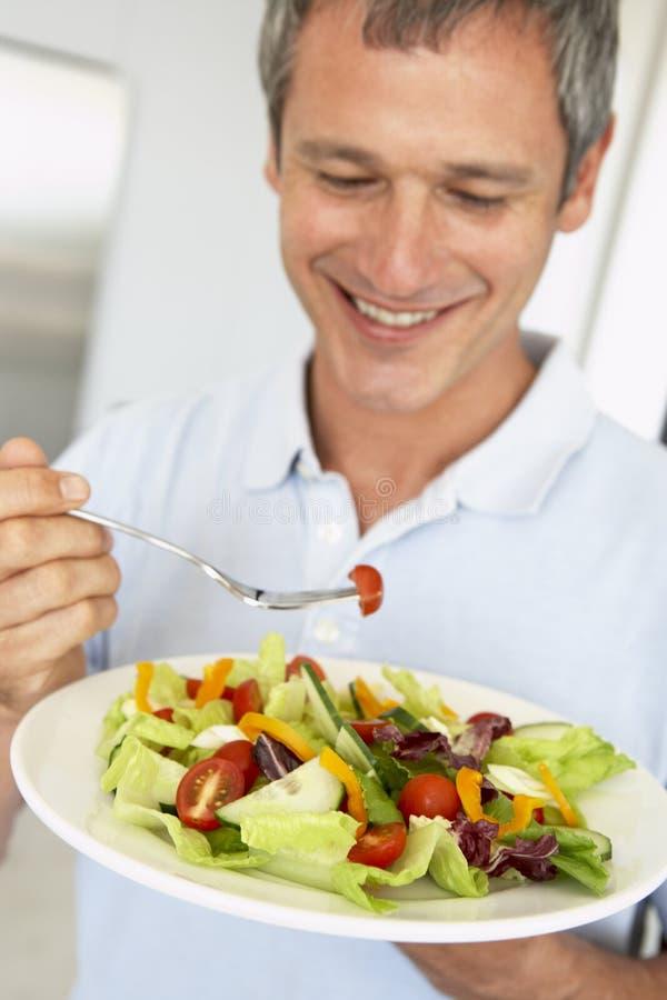 Mitte gealtertes Fleisch fressendes ein gesunder Salat stockfotografie