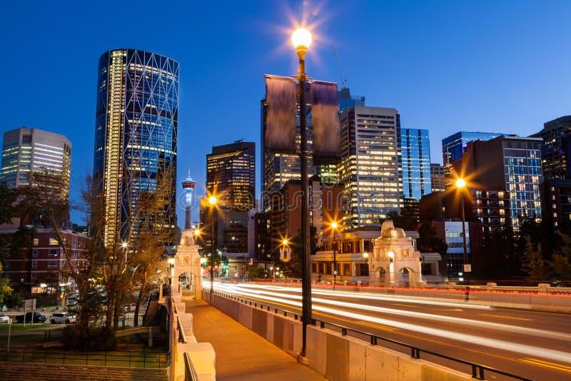 Mitte-Straßen-Brücke, die zu im Stadtzentrum gelegenes Calgary nachts führt stockbild