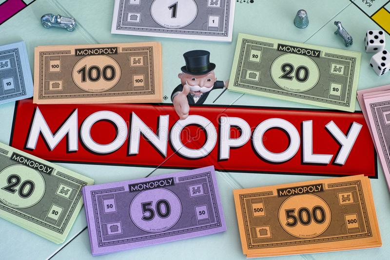 Mitte von Monopol gameboard mit Geld verpackt Zeichen und Würfel lizenzfreie stockfotos