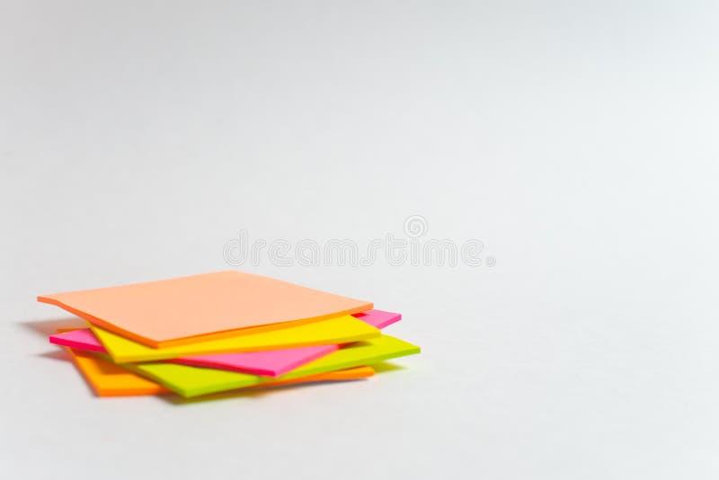 Mitteilung auf Papier mit Wort Internet von Sachen auf Anmerkungsstock auf buntem Buch mit Laptop und einem Tasse Kaffee auf Glas stockfotos