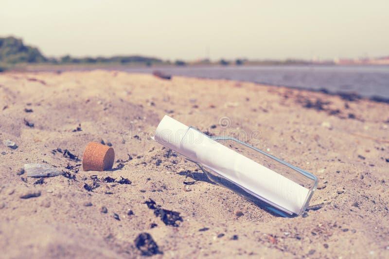 Mitteilung in einer Flasche auf einem Strand lizenzfreies stockfoto