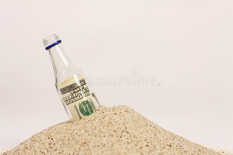 Mitteilung in einer Flasche auf Sand stockbild