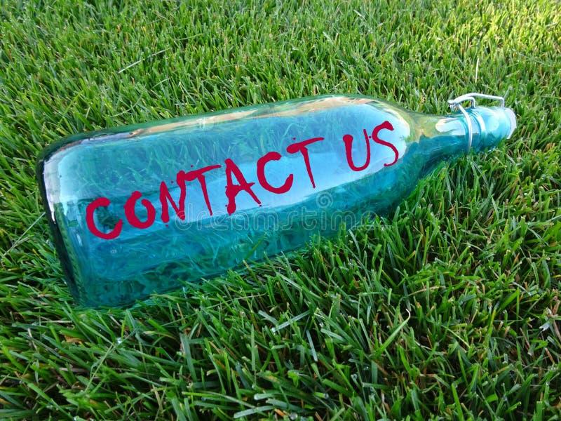Mitteilung in einer Flasche - treten Sie mit uns in Verbindung stockbilder