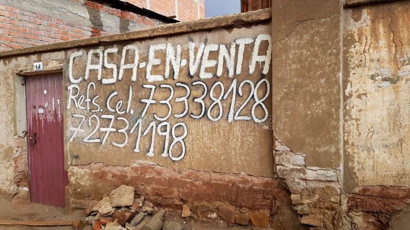 Mitteilung eines Hauses zu verkaufen in der bolivianischen Stadt von Uyuni am Eingang zu Salar de Uyuni, Bolivien lizenzfreie stockfotografie