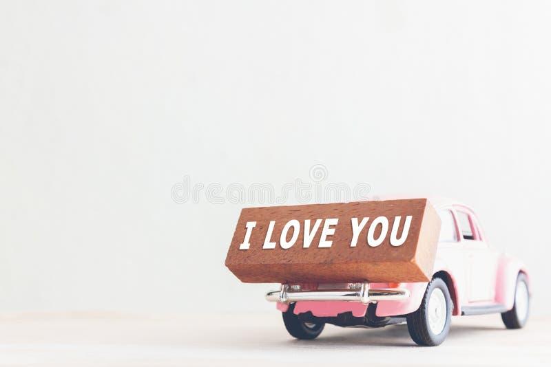 Mitteilung ich liebe dich auf Holzklötzen und Auto mit Kopienraum, Weinleseton lizenzfreie stockfotografie