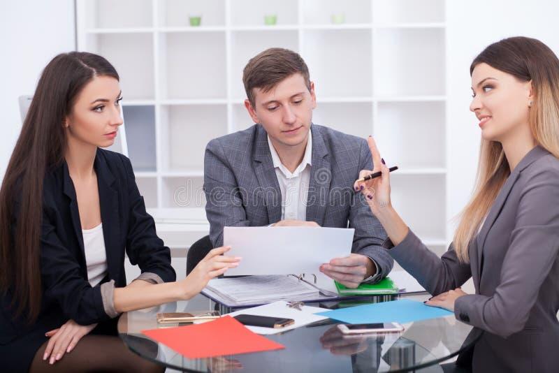 Mittel im Büro treffen, kaufend, Wohnung oder Haus mietend, stockbild