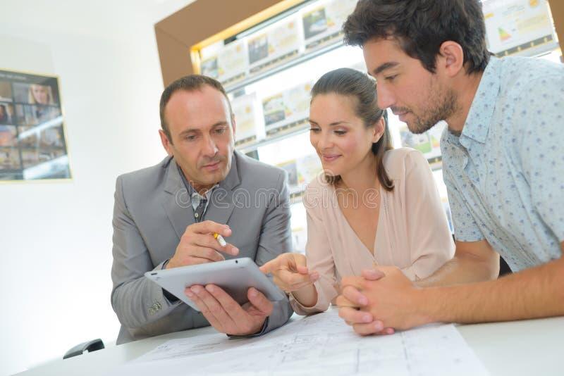 Mittel, wenn die jungen Paare getroffen werden, die Tablette halten stockbilder