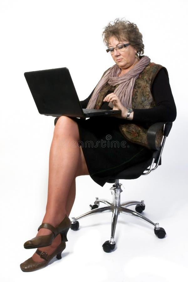 Mittelalter-Frau mit Laptop lizenzfreie stockbilder