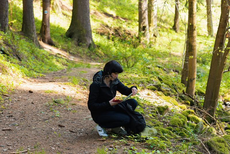 Mittelalterfrau, auf dem Wandern von Reise lizenzfreies stockfoto