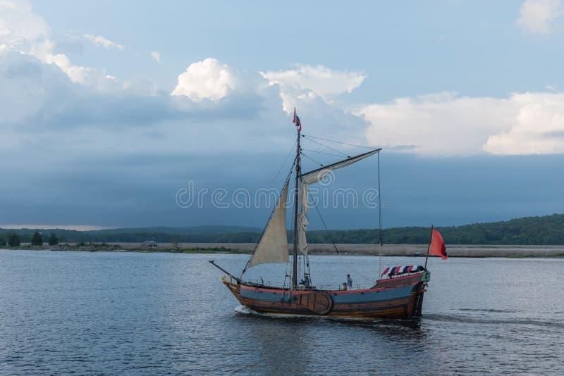 Mittelalterliche Bootsreplik im Delta des Connecticut Rivers bei Sonnenuntergang lizenzfreie stockbilder