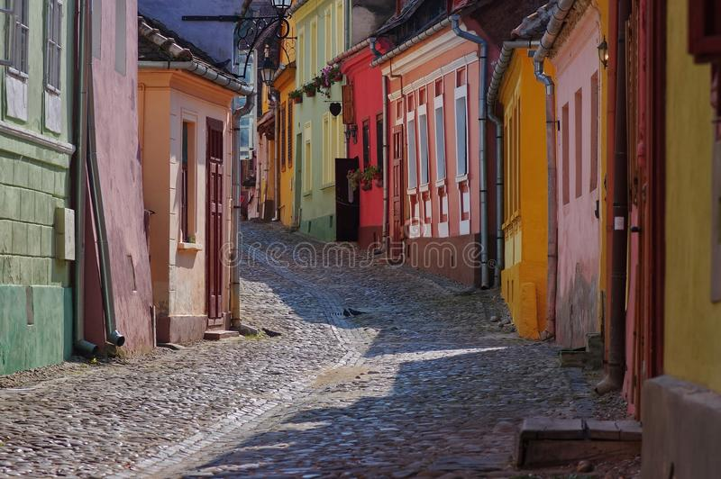 Mittelalterliche bunte Straße in Sighisoara, Rumänien stockfotos