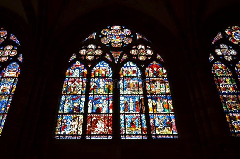 Buntglasfenster der Straßburg-Kathedrale in Frankreich stockbilder