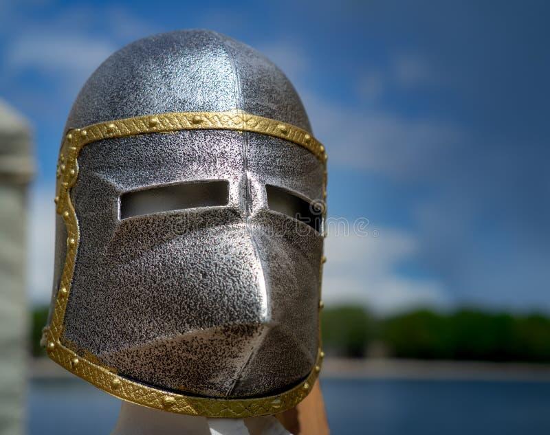 Mittelalterliche Eisenmaske eines europäischen Ritters stockbild